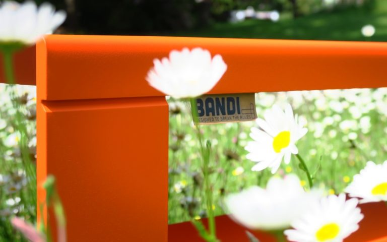 BANDI table orange avec étiquette